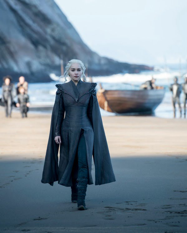 Daenerys Targaryen Sits On Dragon Glass As Jon Snow Prepares For White Walkers On Game Of Thrones